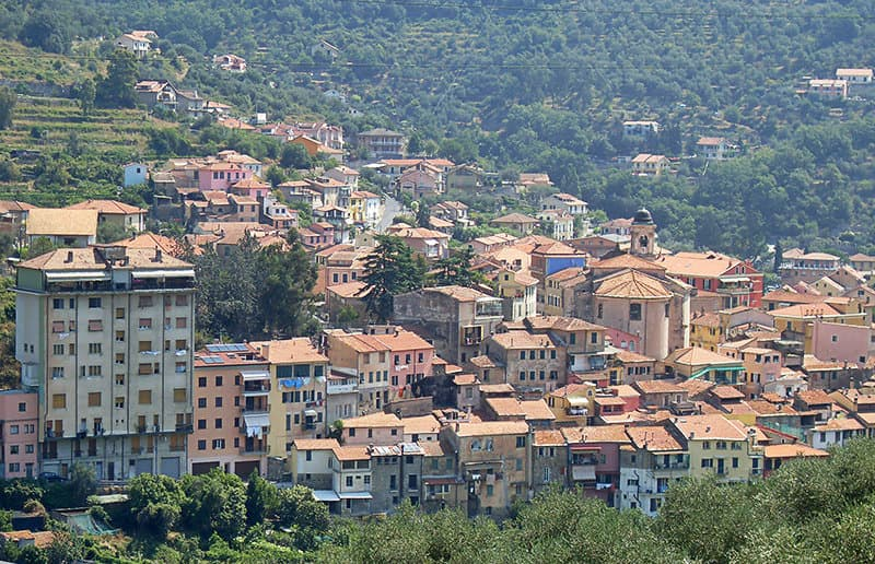 Une belle vue sur la vieille-ville de Pontedassio