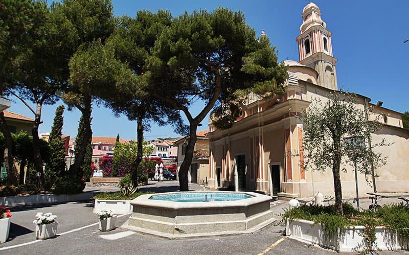 Une belle fontaine à côté d'une église de San Lorenzo al Mare
