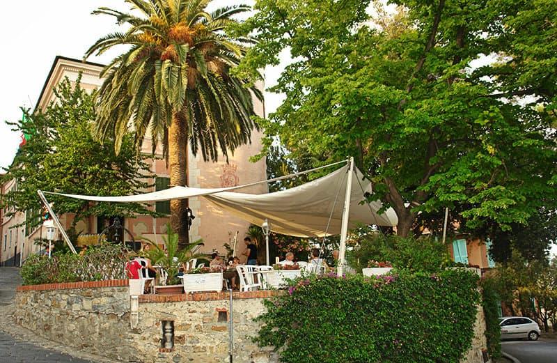 Une vue d'un restaurant à Diano Castello