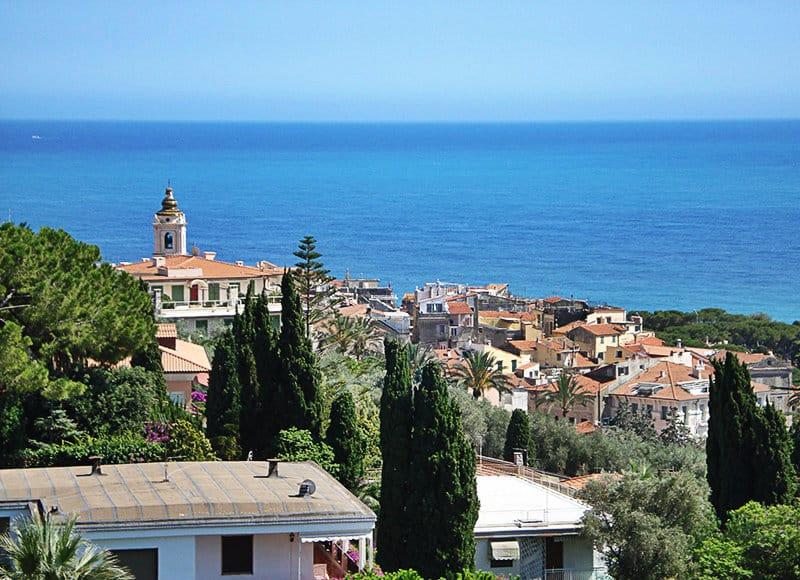 Une belle vue sur le centre historique de Bordighera