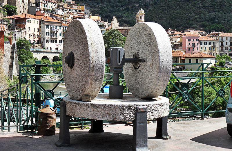 Une vieille la sculpture à Badalucco, Ligurie