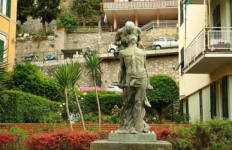 Une vieille sculpture dans Sori
