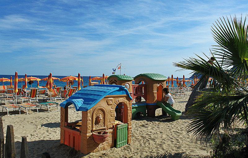 Aire de jeux à côté de la plage de Bergeggi