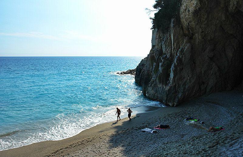 Plage près d'une falaise à Finale Ligure