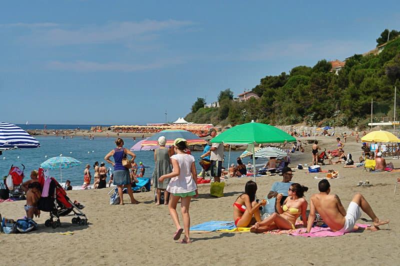 Les gens jouissent du soleil sur une plage de sable à San Lorenzo al Mare