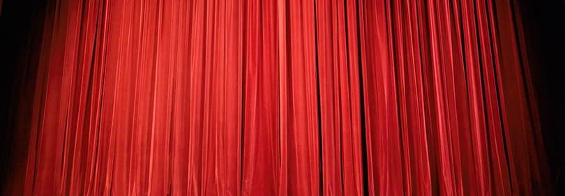 Un rideau rouge - le début de la représentation dans un théâtre ligure