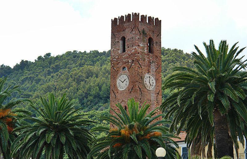 Une vue d'une tour à Noli