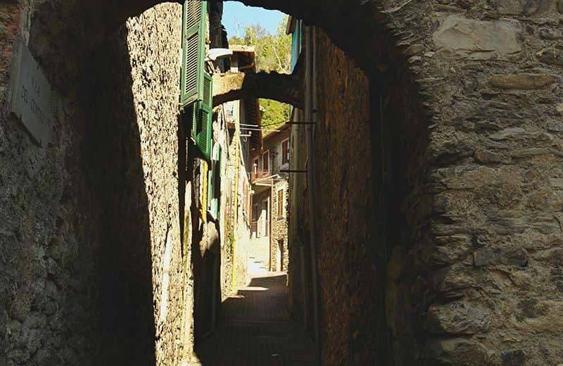 Une rue médiévale de Vessalico en Ligurie