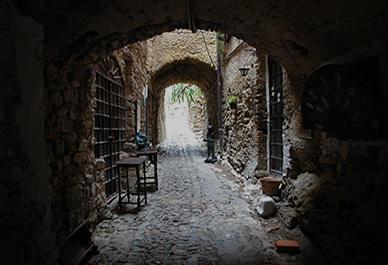 Visitez le village d'artiste de Bussana Vecchia avec ses œuvres d'art spéciales