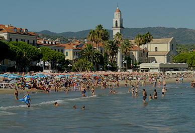 Visitez Diano Marina en Ligurie et détendez-vous sur la plage de sable ou en faisant une promenade.