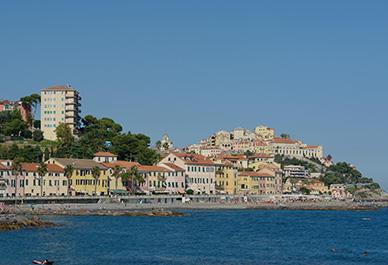 Visitez Imperia en Ligurie et appréciez la vue sur la ville historique de Porto Maurizio